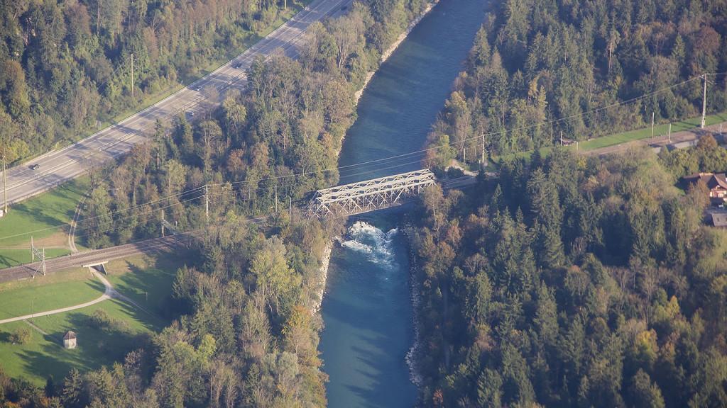 uttigenwelle_luftbild_stromschnelle_eisenbahnbrücke_uttigen_aare