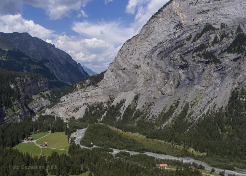 Der Jegertosse befindet sich am Ausgang des Gasterntals, gegenüber der Geltenbachhöhle. An der Südwand ist der Aufbau des Gebirges exemplarisch aufgeschlossen