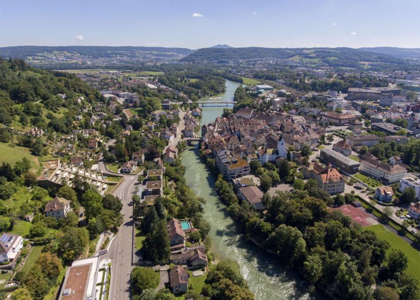 Blick auf die Stadt Brugg. In der Bildmitte ist die Altstadt mit der markanten Engstelle am Schluchtende zu sehen