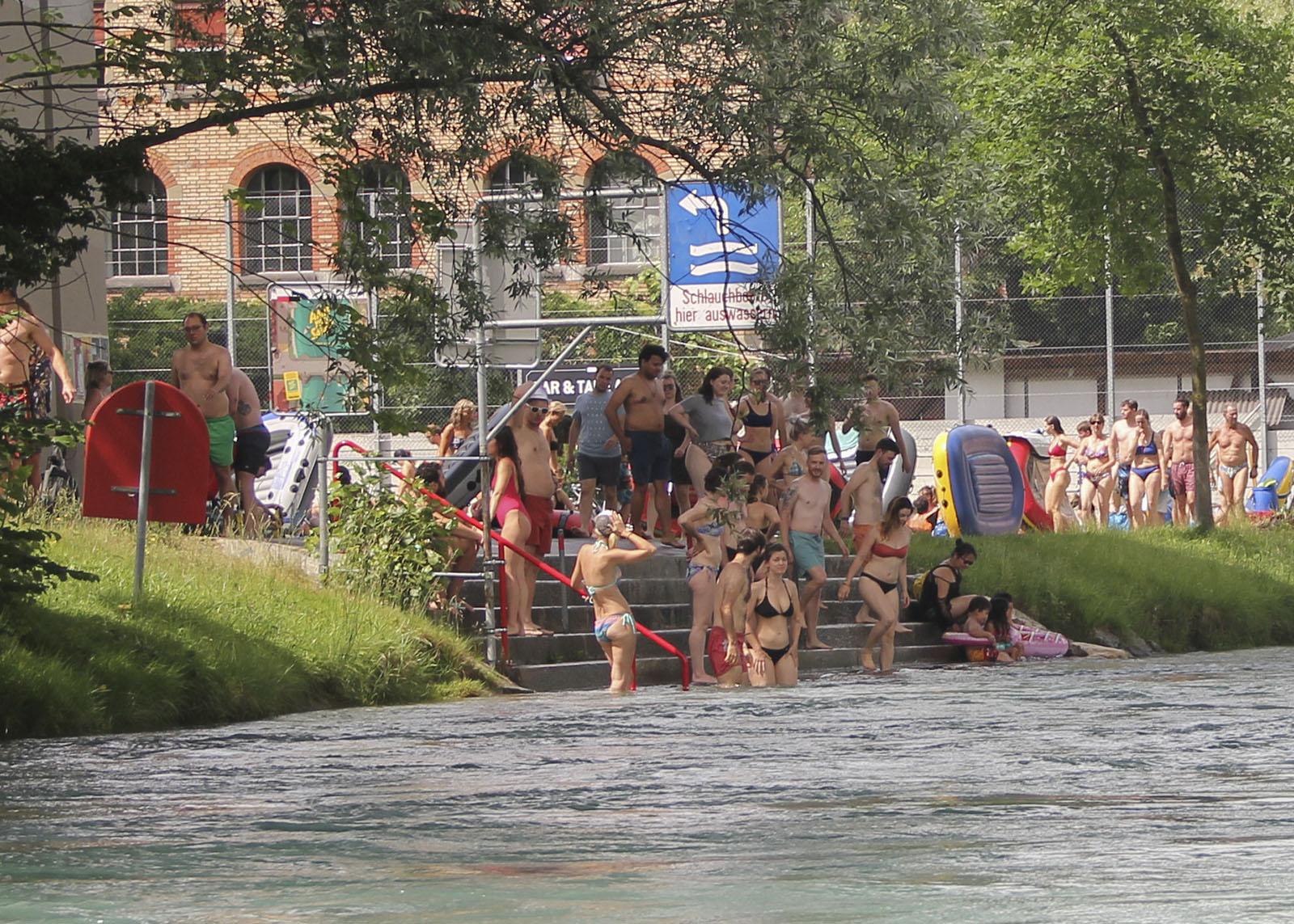 Die Auswasserungsstelle unter der Monbijoubrücke wird öfters von Schwimmern in Beschlag genommen. In diesem Fall empfiehlt sich die Weiterfahrt bis zur Dalmazibrücke