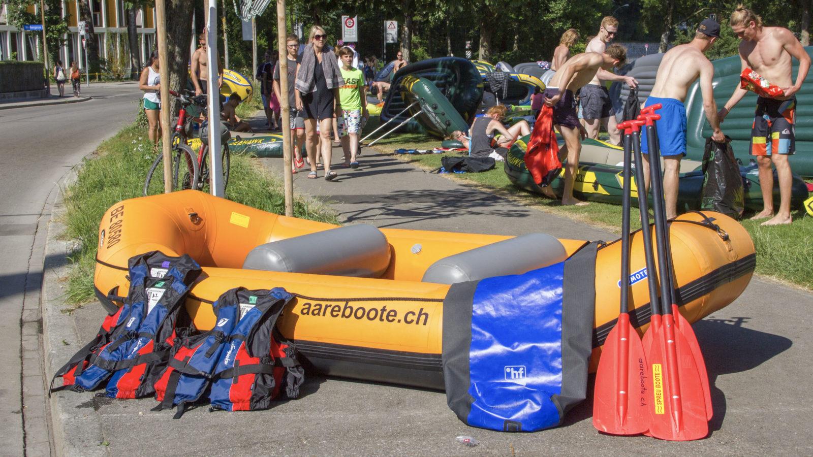 Flusstaugliches Schlauchboot mit Schwimmwesten, wasserdichtem Schwimmsack und stabilen (!) Paddeln