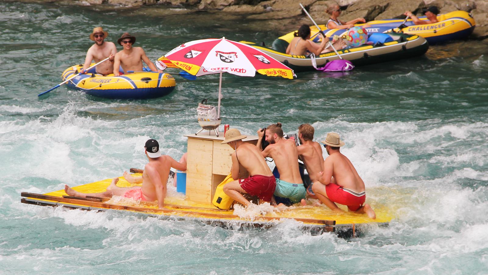 Es muss ja nicht immer ein Schlauchboot sein. Hier haben gerade ein paar wackere Flossfahrer die Uttigenwelle bezwungen