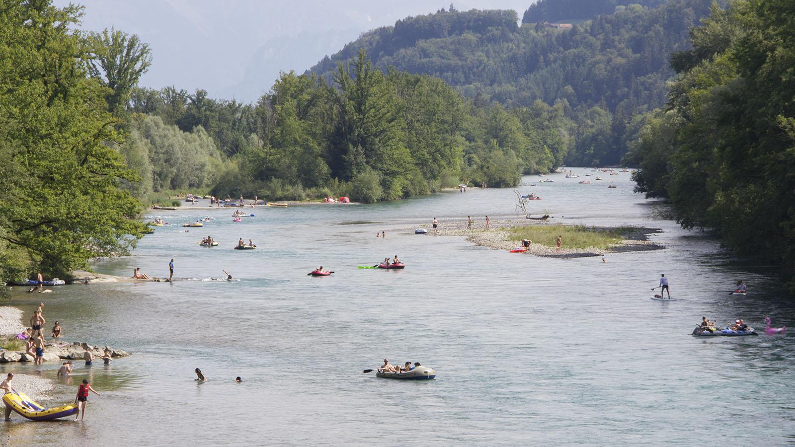 In der Hunzigenau gibt es Inseln und ausgedehnte Kiesufer, die zum Baden und Verweilen einladen