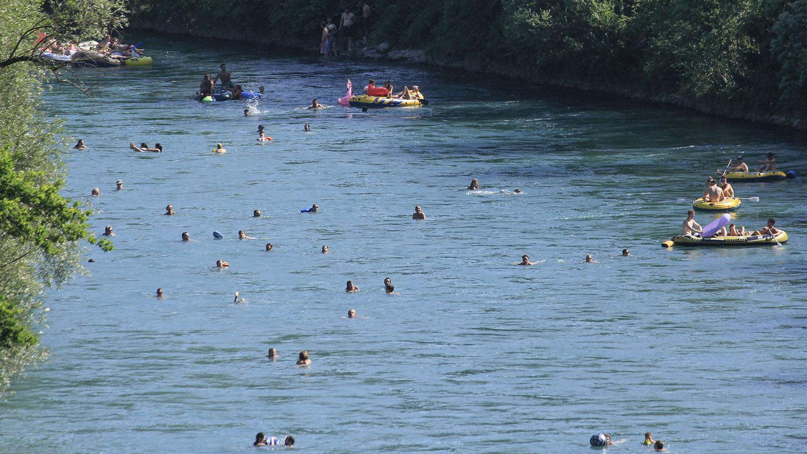 Ab dem Eichholz teilt man sich den Fluss mit zahlreichen Aareschwimmern