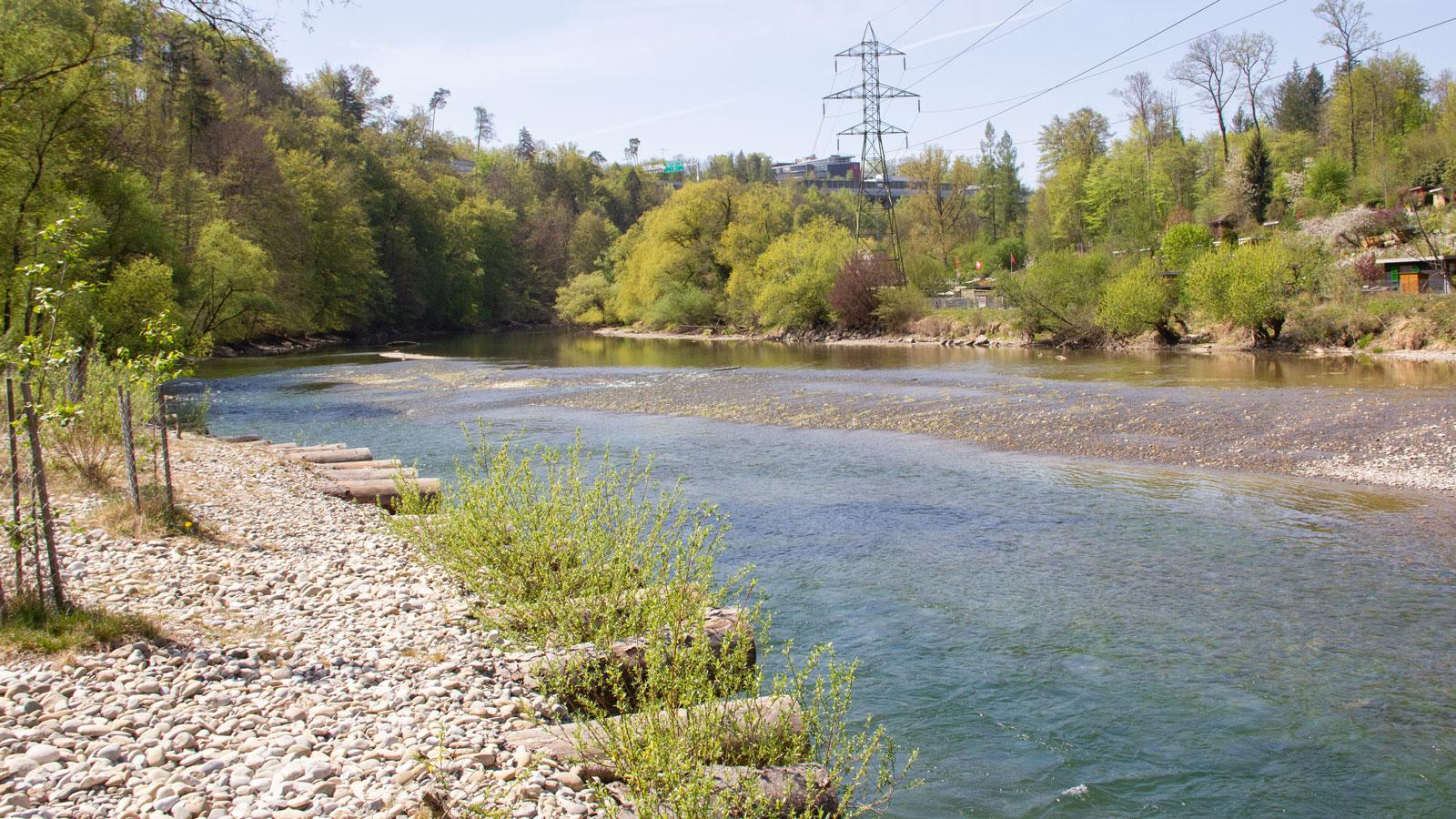 Wegen der geringen Wassermenge gibt es im Flussbett abwechslungsreiche Passagen, die auch mit Badebooten gut zu bewältigen sind