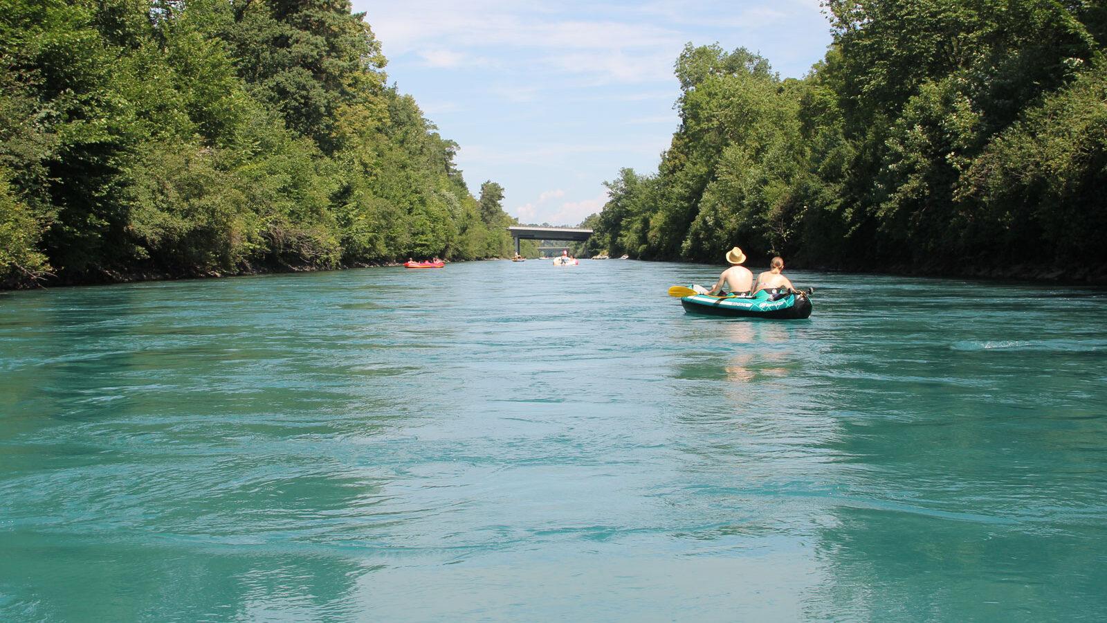 Im ersten, rund fünf Kilometer langen Abschnitt strömt die Aare im kanalisierten Flussbett nordwärts Richtung Uttigen