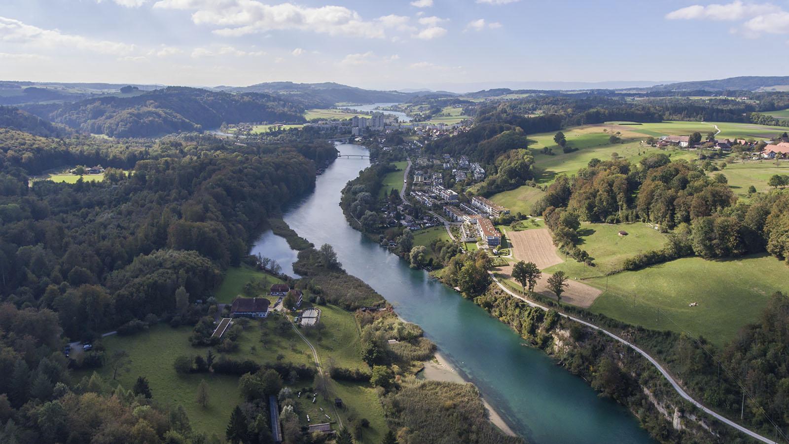 Der Wohlensee wird seit 1920 durch die Talsperre des Wasserkraftwerks Mühleberg aufgestaut. Im oberen Teil entspricht das Gewässer mehr einem trägen Fluss als einem See