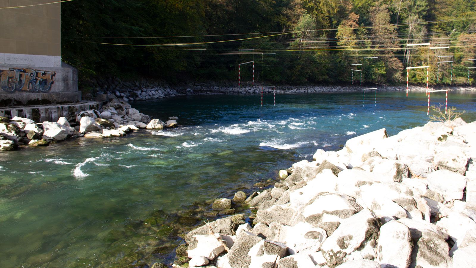 Die Stromschnelle bei eher niedrigem Wasserstand im Frühherbst. Die Durchfahrt erfolgt immer in der Flussmitte