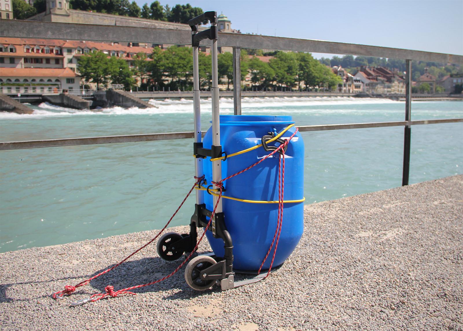 Mit Sackkarren und Fass lässt sich das Boot sowie andere Ausrüstung bequem an den Fluss transportieren