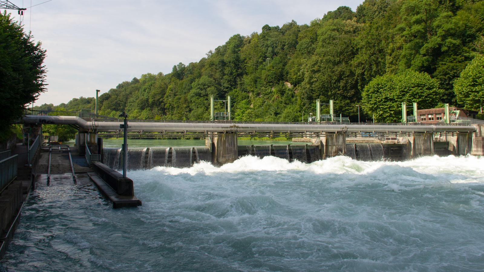 Je nach Abfluss und Betriebszustand entstehen im Tosbecken Kehrwasser und Wasserwalzen. Die Situation kann sich zudem schnell ändern, wenn etwa das Kraftwerk vom Netz fällt und dadurch die Wehrfelder geöffnet werden