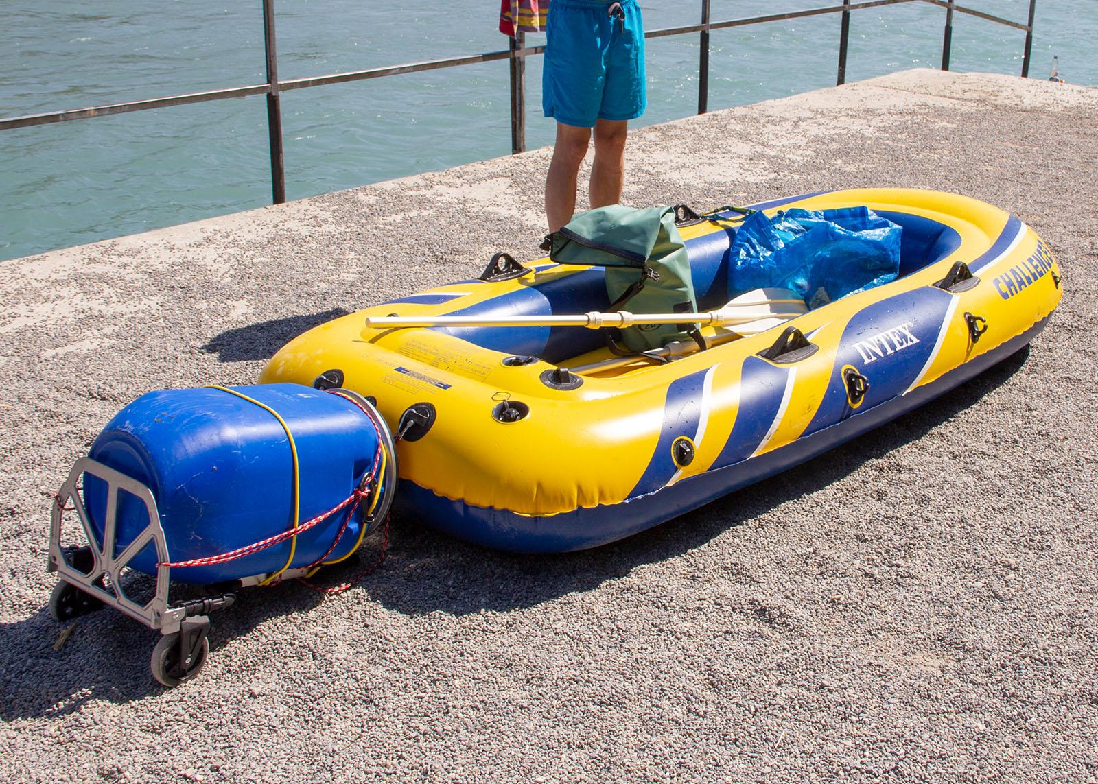 Die Vorrichtung kann problemlos als Ganzes am Boot befestigt werden. Wir verwenden dafür zwei kurze Seile mit Karabinern