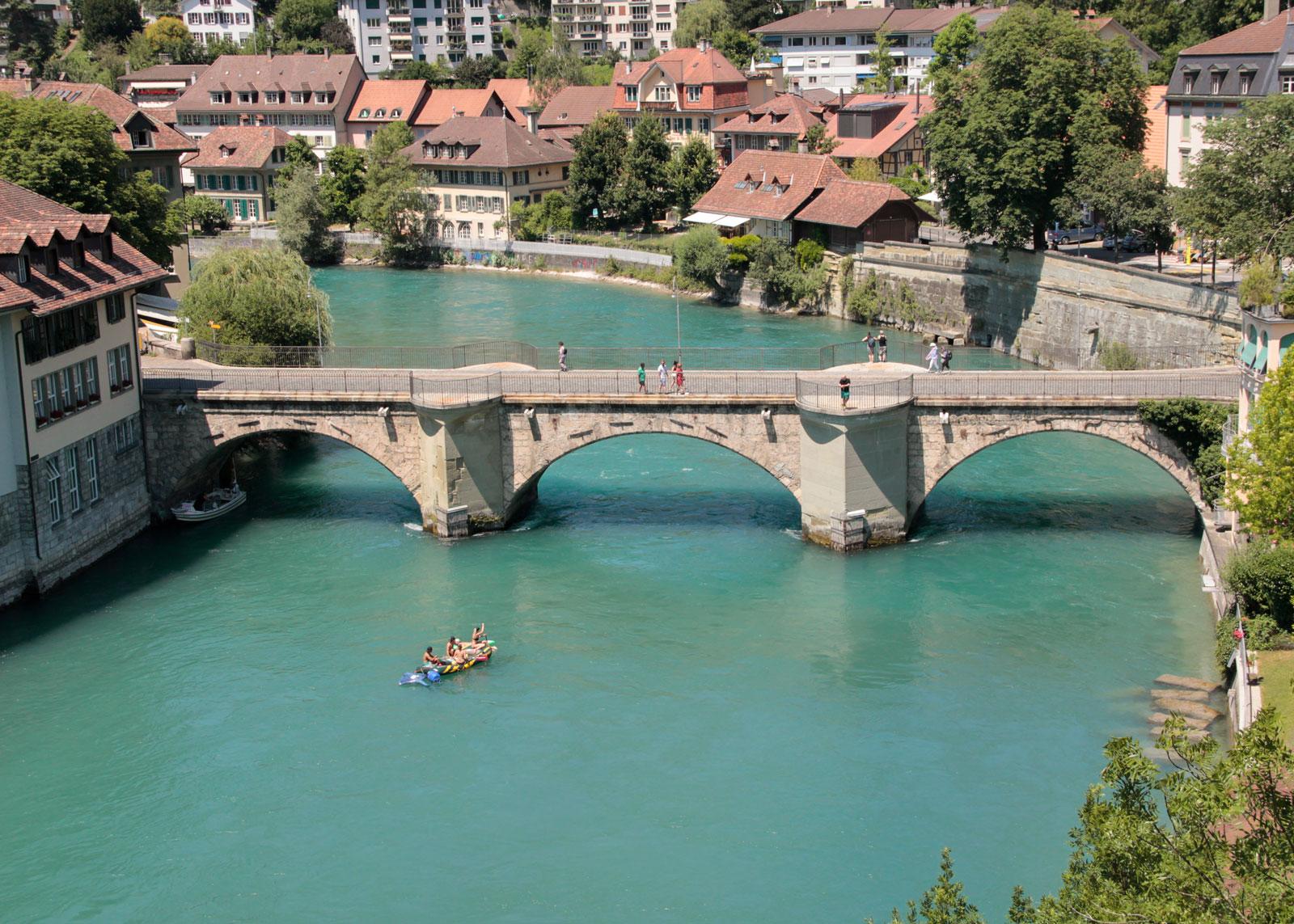 Nach dem Schwellenmätteli geht es auf einem kurzen Abschnitt durch die Berner Altstadt. Die im Bild gezeigte Untertorbrücke wurde im Spätmittelalter errichtet und gehört zu den ältesten Steinbrücken der Schweiz